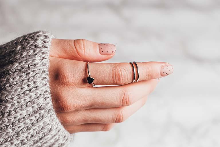 Significato dell'anello indossato al dito indice